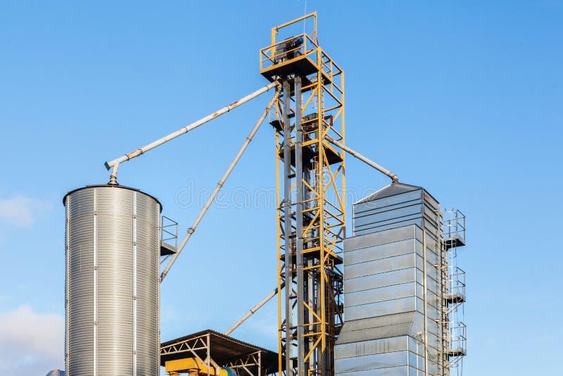 Sili agricoli Esterno di costruzione Stoccaggio e essiccazione dei grani, grano, cereale, soia fotografie stock libere da diritti