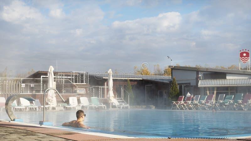 Silicium Therma Russie, le Caucase, le village de Yaroslavl, le 7 novembre 2018 Les gens se baignent dans les bains géothermiques image libre de droits