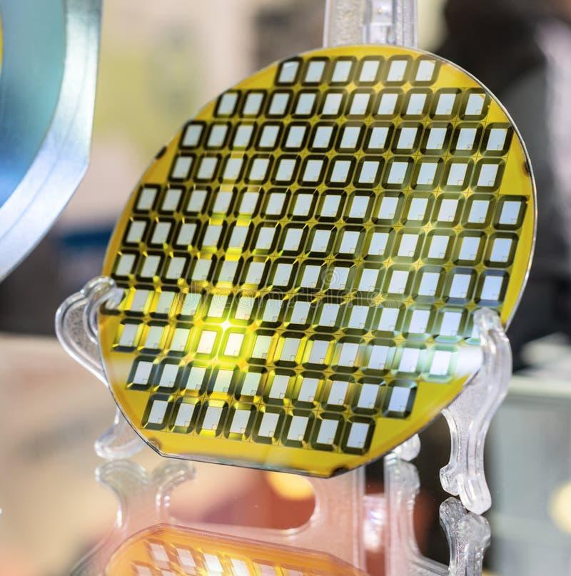 Siliciumwafeltje, detail van een siliciumwafeltje die op verschillende kleuren wijzen stock afbeeldingen