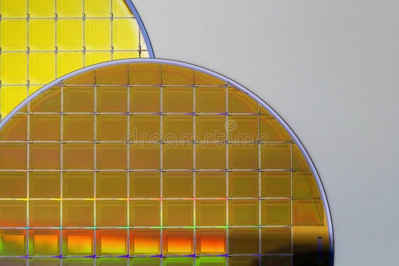 Siliciumwafeltjes en Microschakelingen - een wafeltje is een dunne plak van halfgeleidermateriaal, zoals een kristallijn binnen g stock afbeeldingen