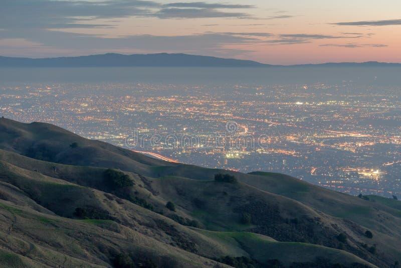 Silicon Valley och Rolling Hills på skymning Maximal regional sylt för beskickning, Fremont, Kalifornien, USA arkivbild