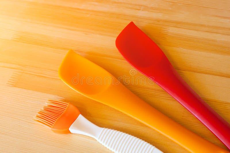 Siliconespatels en borstels voor het koken stock fotografie