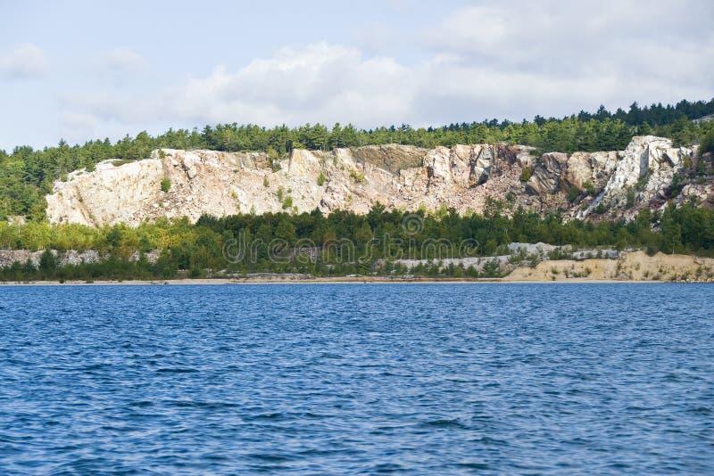 Silikon-Grube durch den See stockbilder