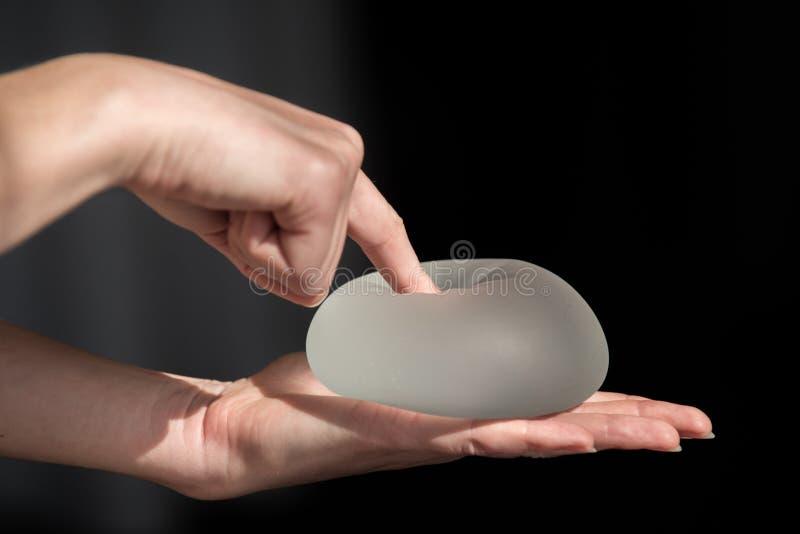 Silikonimplantat av det kvinnliga bröstet under demonstrationsnollan royaltyfri foto
