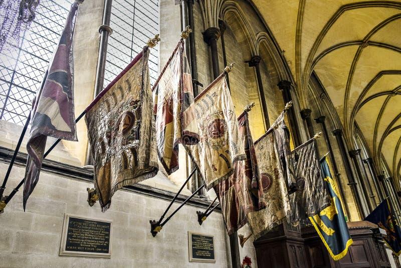 Silk войска сигнализируют цвета Regimantal на соборе Солсбери дисплея, Уилтшире Англии Великобритании стоковое фото