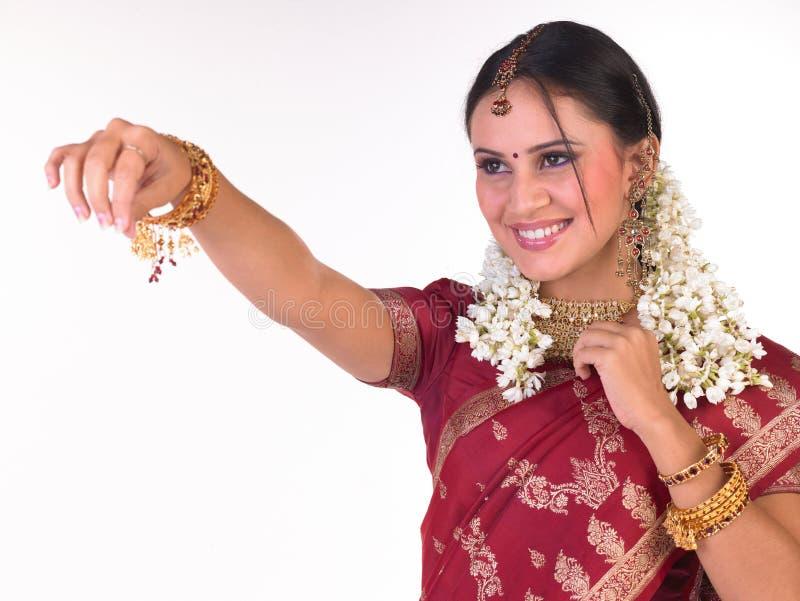 silk för sari för flickaholdingställing röd royaltyfria foton