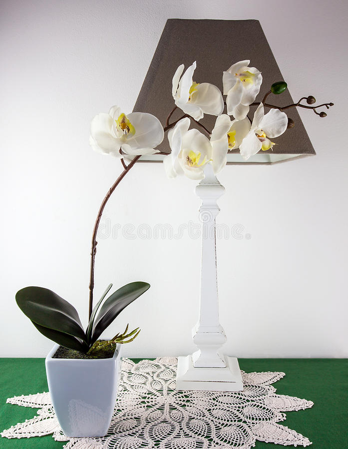 Silk Orchidee und Lampe stockfoto