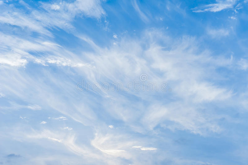 Silke fördunklar Windy Blue Sky Background arkivfoto