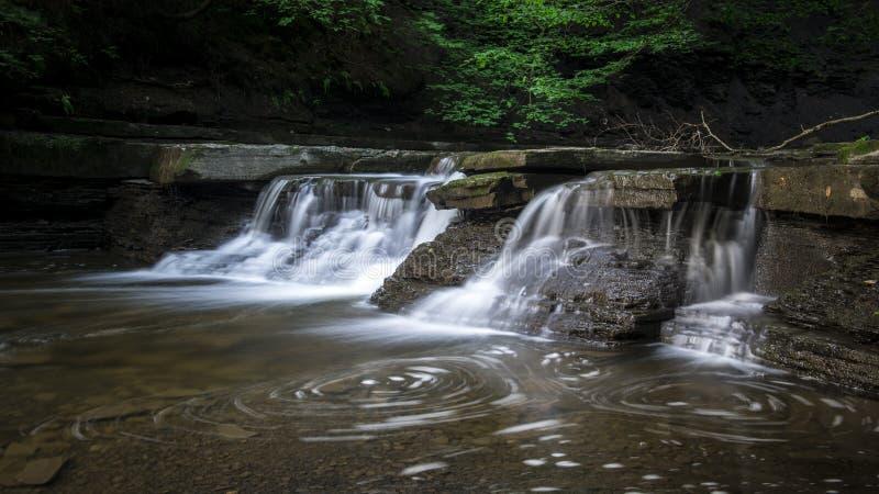 Silkeslen slät vattenfall royaltyfri bild