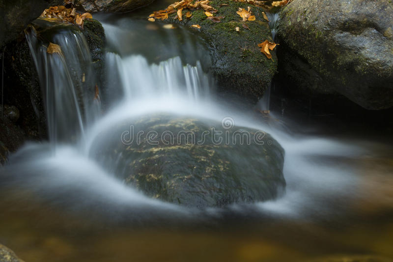 Silkeslent vatten av Gordon Fall område, vita berg, New Hampshire arkivfoton
