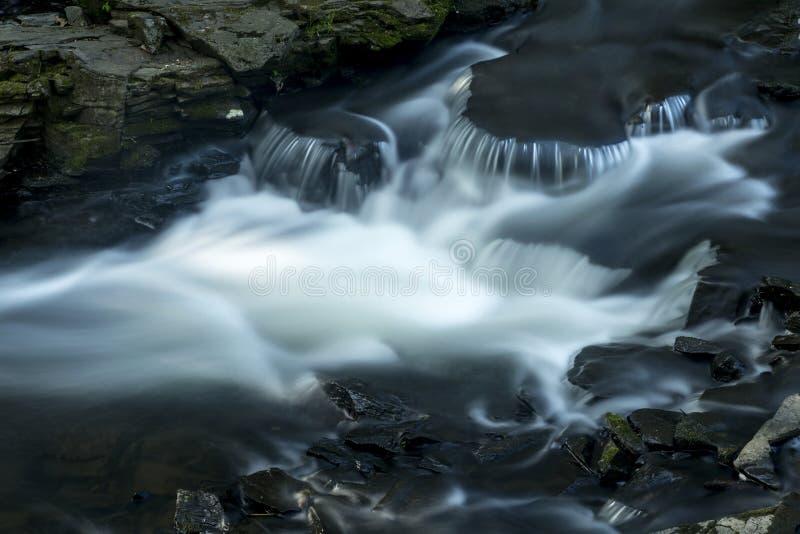 Silkeslent vatten i forsar av den Hockanum floden, Rockville, Connecticut royaltyfri bild