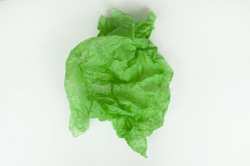 Silkespapper skrynkligt ark av grönt blom- förpackande papper på vit bakgrund arkivfoto