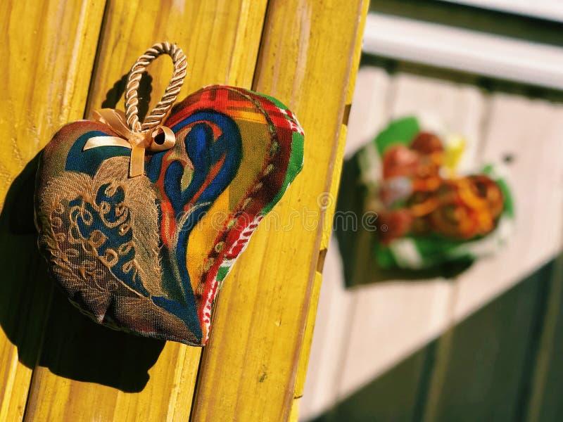 Silkespapperhjärta på en gul bakgrund royaltyfria foton