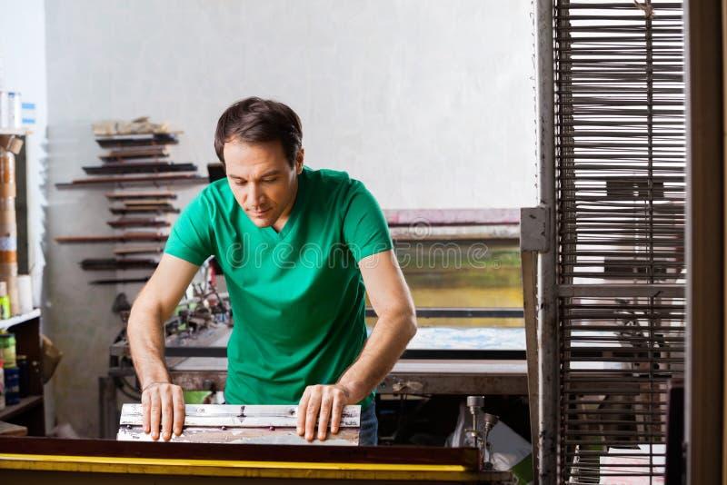 Silkscreenkonstnär i Atelier fotografering för bildbyråer