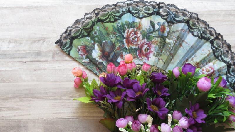 Silky kwiatu wzoru stylu damy ` s fan obraz stock