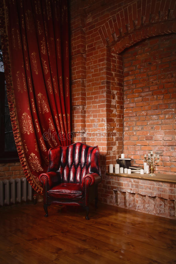 Silla antigua contra una pared de ladrillo fotos de archivo libres de regalías