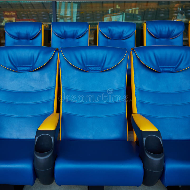 Silla azul en estadio del deporte imagenes de archivo