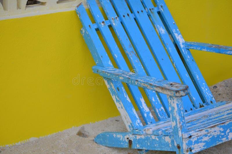 Silla azul en la playa imagen de archivo
