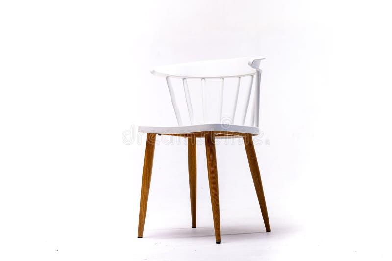 Silla blanca del color, silla plástica, de madera, de cuero, diseñador moderno Silla aislada en el fondo blanco Serie de fotografía de archivo libre de regalías