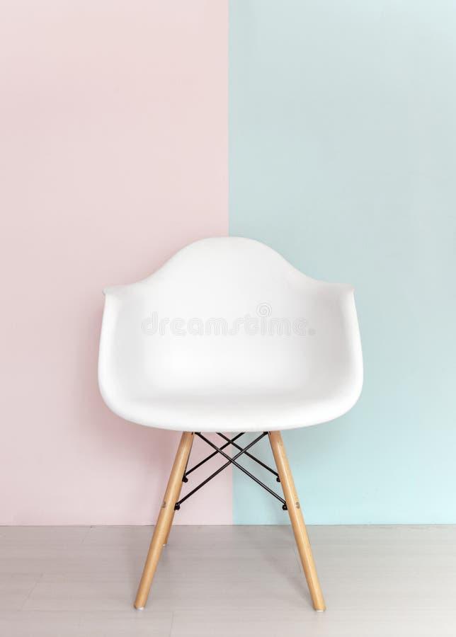 Silla blanca en fondo en colores pastel imagen de archivo for Sillas de diseno blancas