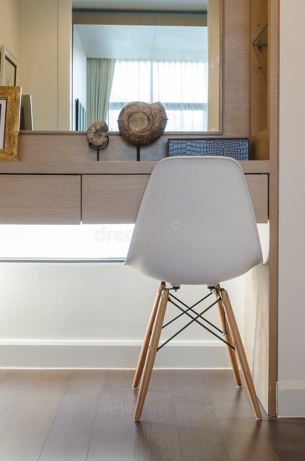 Silla blanca moderna con el tocador imagen de archivo for Silla escritorio blanca
