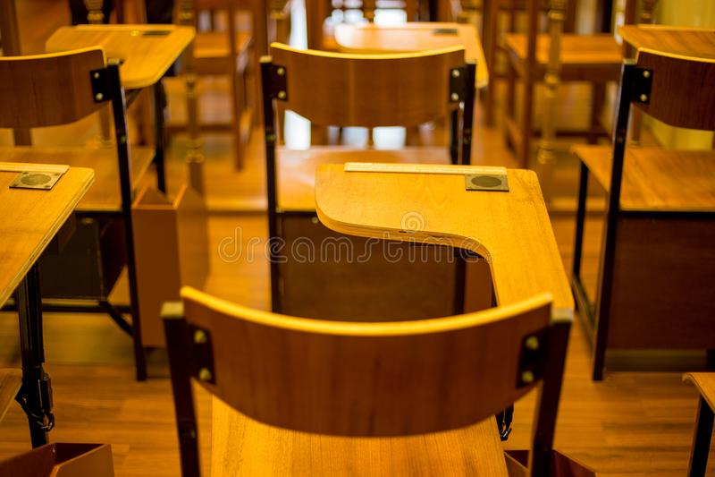 Silla clásica de la sala de clase con la barra del brazo foto de archivo