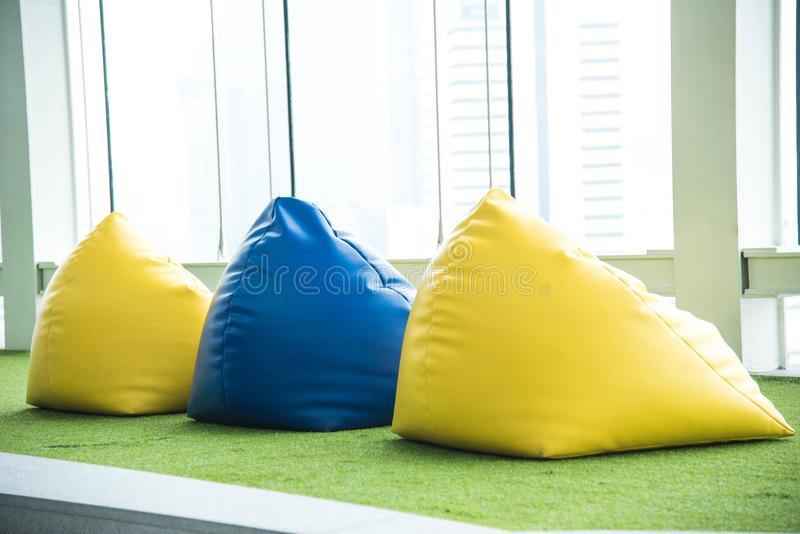 Silla colorida del beanbag para la comida campestre imágenes de archivo libres de regalías