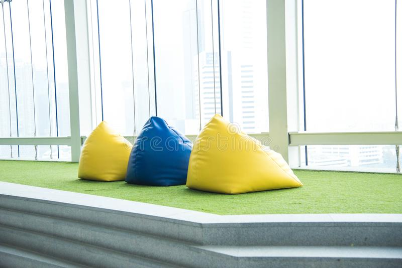 Silla colorida del beanbag para la comida campestre fotografía de archivo