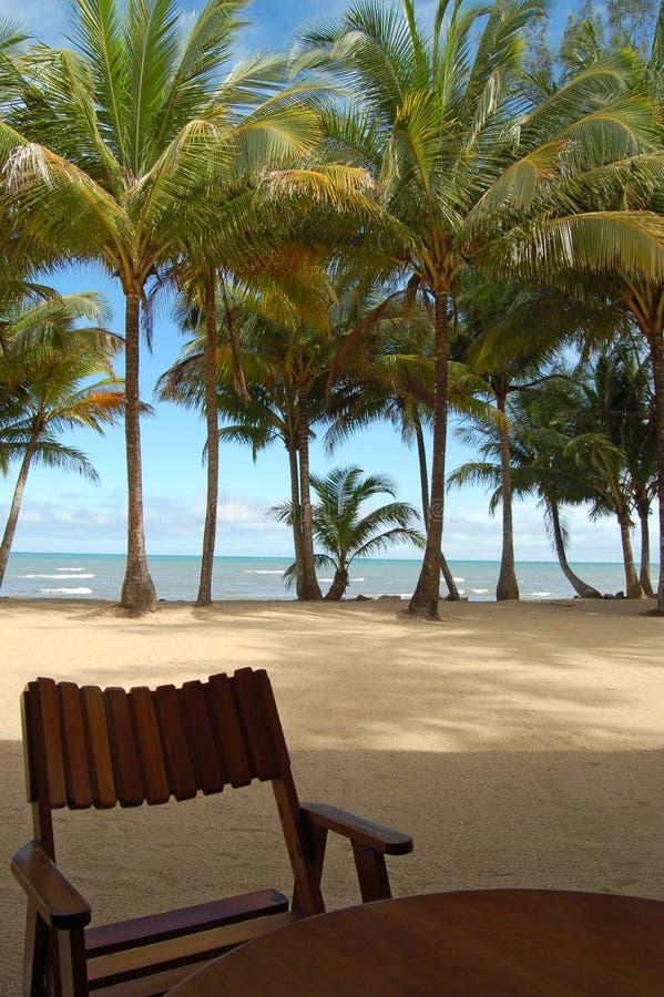 Silla con la opinión frente al mar a través del mar del Caribe fotografía de archivo