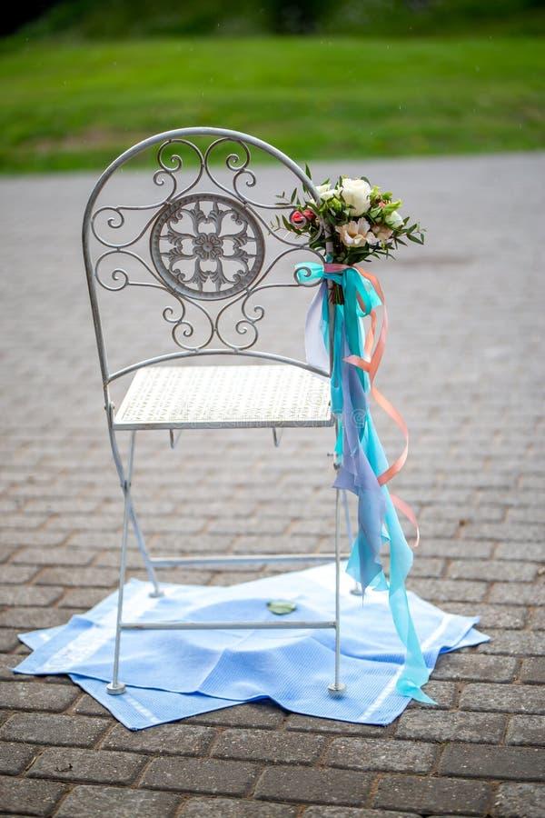 Silla con las flores y las toallas foto de archivo libre de regalías