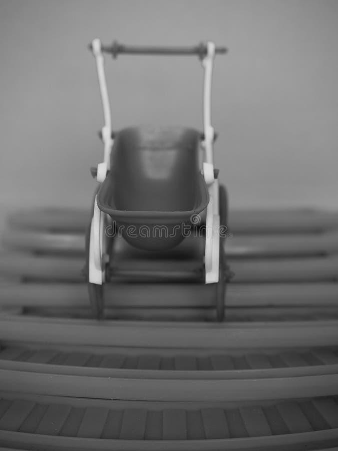 silla de bebé juguete en blanco y negro foto de archivo