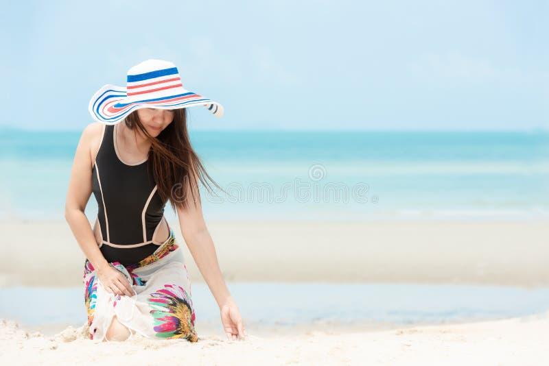Silla de cubierta en la playa en Brighton Viajes sonrientes del verano de la moda del bikini de la mujer asiática de la forma de  imagen de archivo libre de regalías