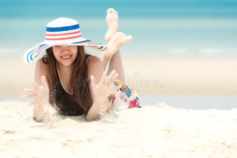 Silla de cubierta en la playa en Brighton Viajes sonrientes del verano de la moda del bikini de la mujer asi?tica de la forma de  fotos de archivo