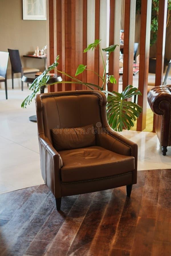 Silla de cuero marrón lujosa en el salón de la recepción del hotel foto de archivo libre de regalías