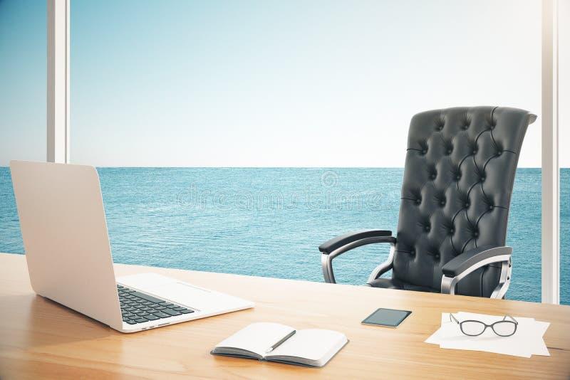 Silla de cuero moderna con la tabla de madera con el ordenador portátil en sitio con foto de archivo libre de regalías