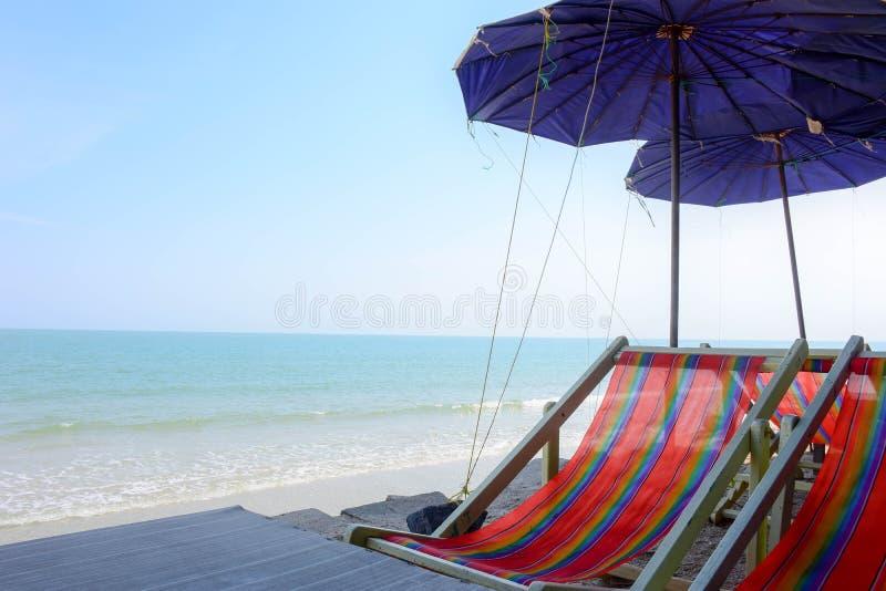 Silla de la lona a lo largo del lado la playa fotografía de archivo