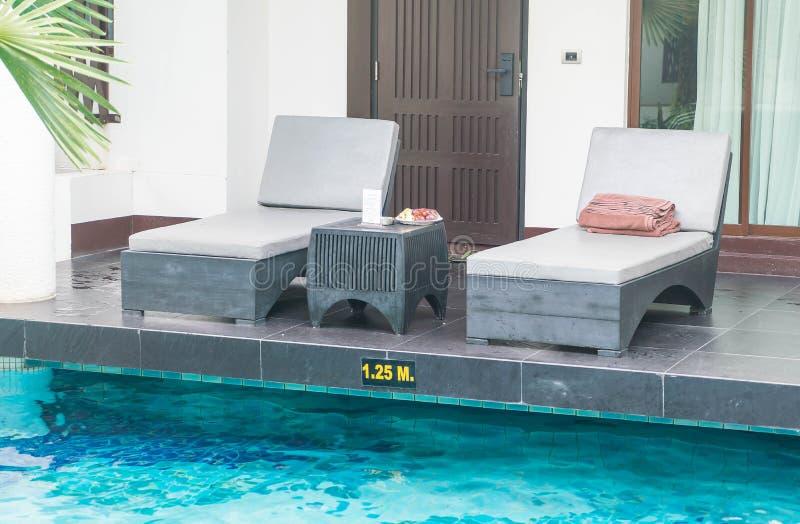 Silla de la piscina alrededor de la piscina imagenes de archivo