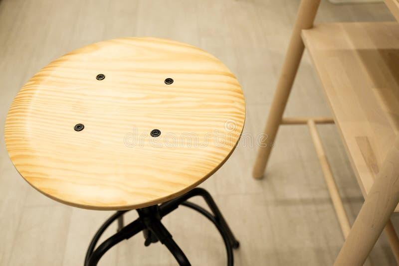 Silla de madera con la elevación del tornillo Fondo borroso de la cocina imagen de archivo
