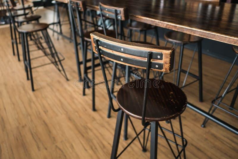 Silla de madera en la cafetería imagen de archivo