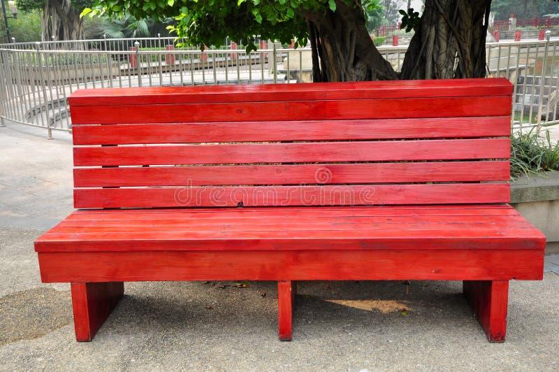 Silla de madera en parque foto de archivo imagen de for Sillas para parques