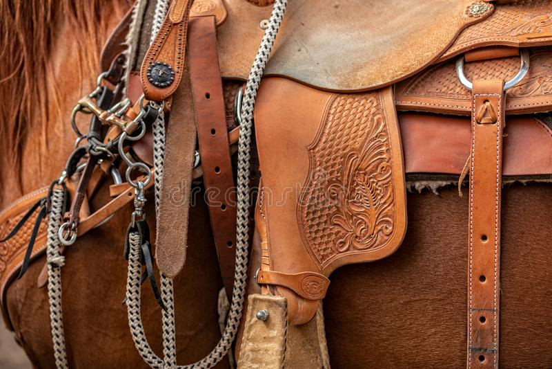 Silla de montar linda del vaquero de la artesanía con los detalles que sorprenden en el cuero foto de archivo