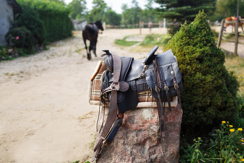 Silla de montar ornamental vieja en la piedra al aire libre foto de archivo libre de regalías