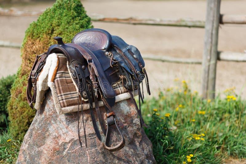 Silla de montar ornamental vieja en la piedra al aire libre imagenes de archivo