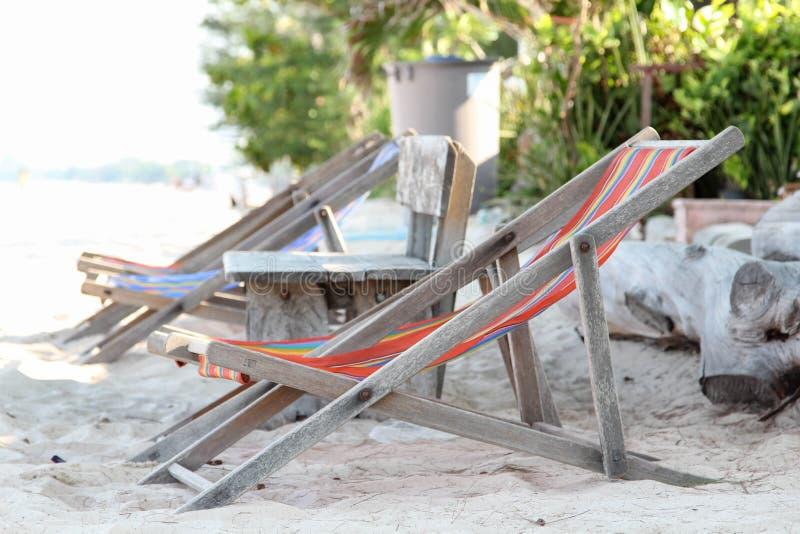 Silla de playa de madera vieja imagen de archivo