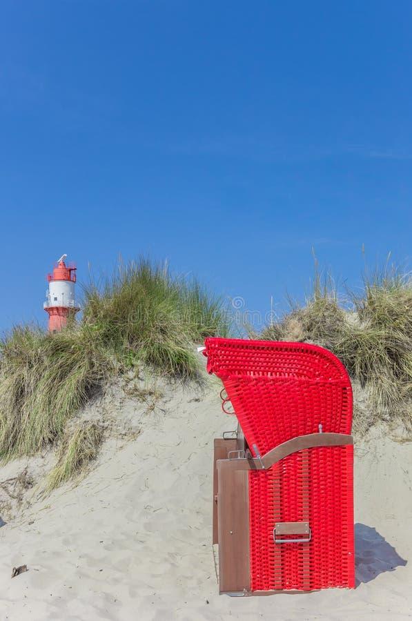 Silla de playa roja tradicional en las dunas de Borkum imagen de archivo