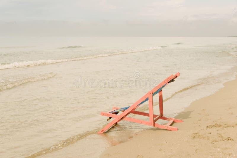 Silla de playa rosada imágenes de archivo libres de regalías