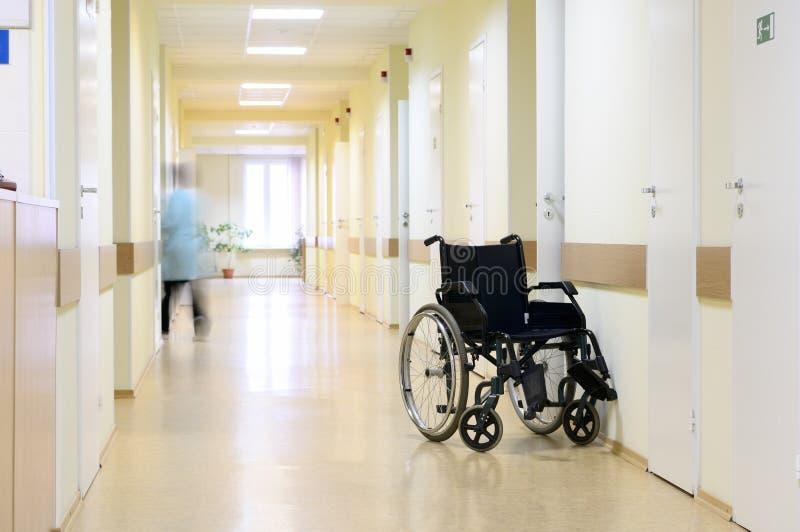 Silla de rueda en el pasillo del hospital. fotos de archivo libres de regalías