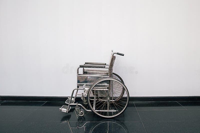 Silla de rueda en el pasillo del hospital Cuartos parqueados silla de ruedas vacía el hospitalizado en el hospital foto de archivo
