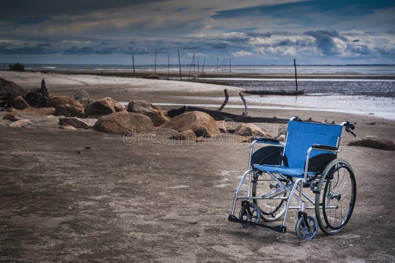Silla de rueda en la playa fotografía de archivo libre de regalías