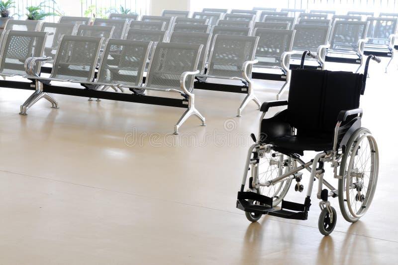 Silla de rueda en sala de espera del hospital fotografía de archivo